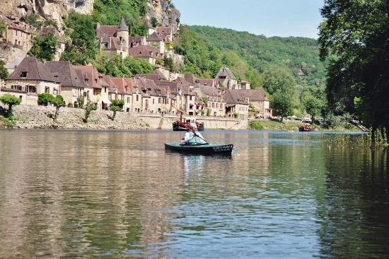 Dordonia, Francja: Canoing on the Dordogne in front of La Rogue Gageac