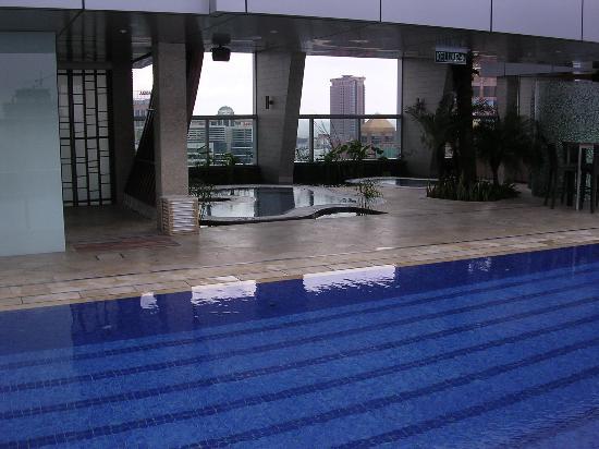 Traders Hotel, Kuala Lumpur: Jacuzzi beside swimming pool
