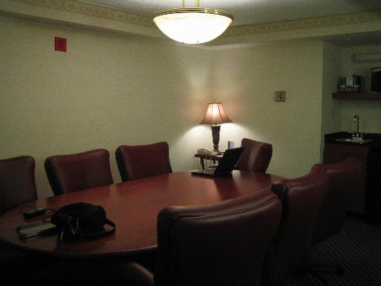Madison Marriott West: Suite room with conference table
