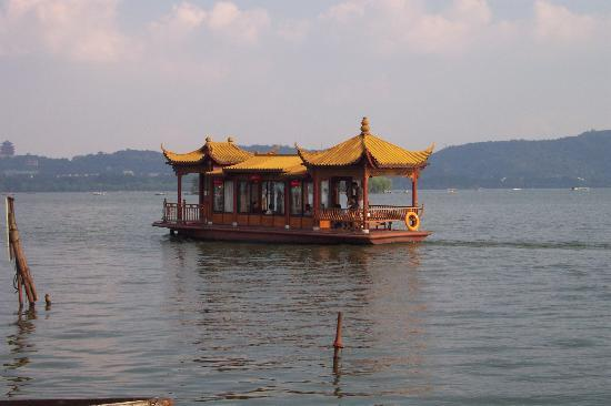 Danau Barat (Xi Hu): tourist boat on West Lake