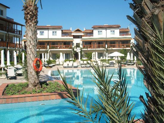 Barut Lara: residents pool (2) October 06