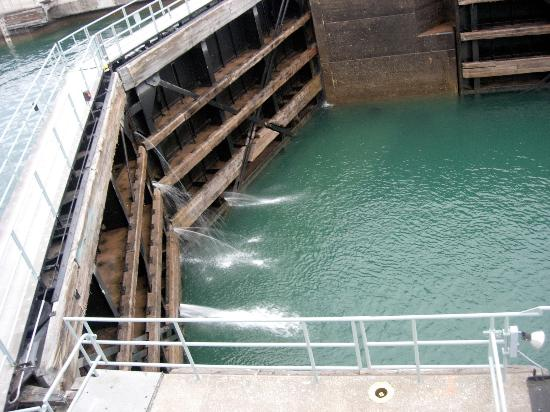 Sault Ste. Marie, Μίσιγκαν: This shows the change in water levels in the Soo Locks. (21 feet)