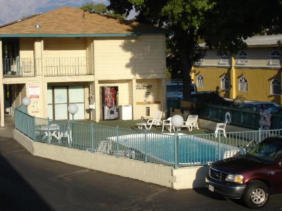 Motel 6 Bishop: Poolbereich mit Fish Cleaing Area für Angler