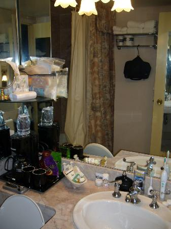 Dauphine Orleans Hotel: The bathroom of room 219...notice the super-kitch bathtub toiletry recepticle...yuck