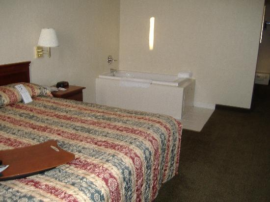 Holiday Inn Express Downtown Richmond: jacuzzi next to bed