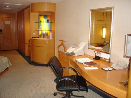 Makati Shangri-La Manila : Room 2329 desk side