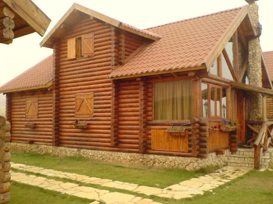 L'Auberge Des Cedres: A Log chalet exterior
