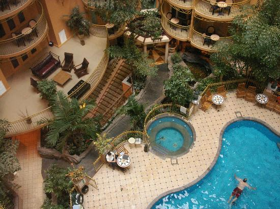 Hotel Palace Royal: Indoor Swimming Pool and Atrium