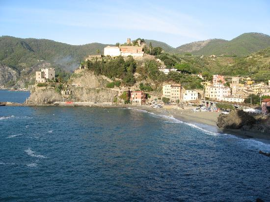 La Colonnina Hotel: Old town Monterosso seen from the hiking path