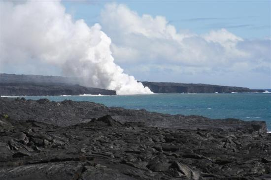 Hawaii Volcanoes National Park, Havaí: The steam plume from the lava hitting the ocean.