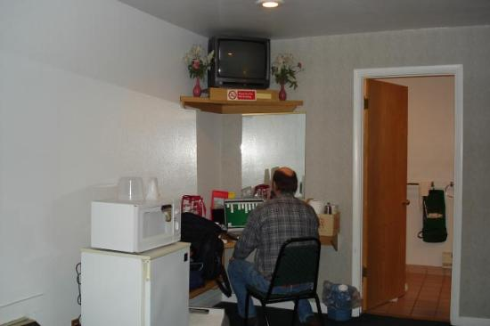 Winnemucca, NV: TV a bit small and high but fridge and micro work fine