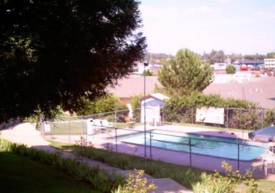Foothills Motel: Landscaped Pool Walkway