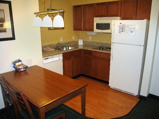 Residence Inn Denver Airport: Suite 306 complete kitchen - everything that you might need