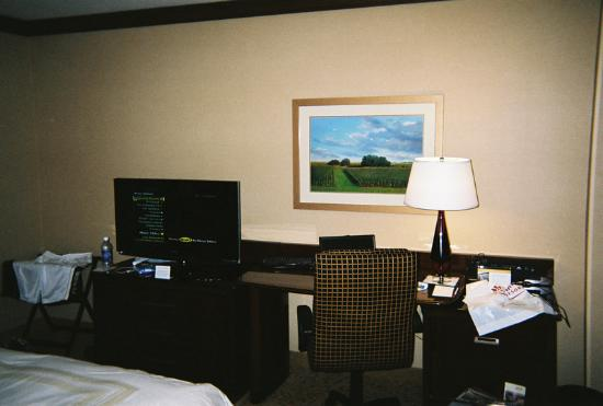 Coralville Marriott Hotel & Conference Center: Nice desk and flat screen TV