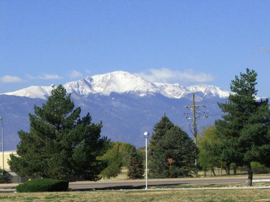 Airport Value Inn & Suites: Pikes Peak from the parking lot of motel.