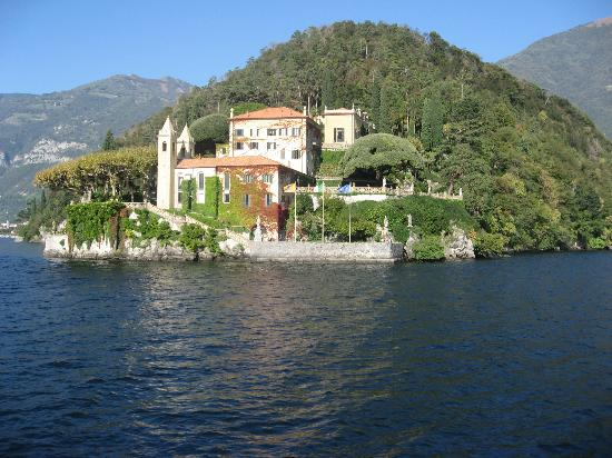 Lezzeno, Italia: One of the many historic buildings viewed from the lake