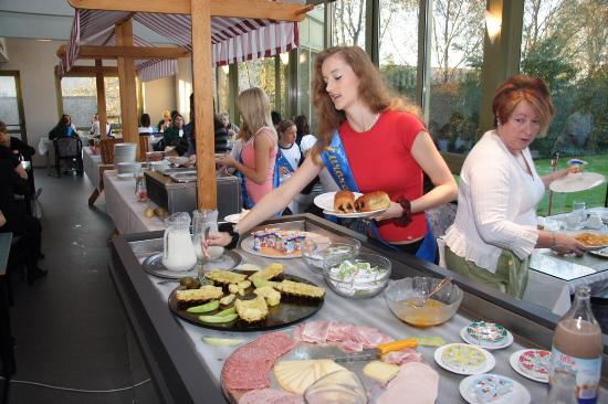 Best Western Flanders Lodge : Breakfast, view of buffet and breakfast room