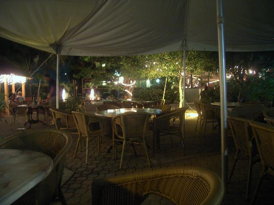 MVC Eagle Beach: Lounge Area at Night