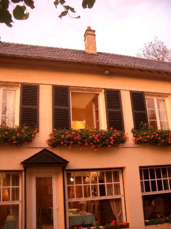 Hostellerie du Pavillon Saint-Hubert : Outside of Hotel with Dining Room Below