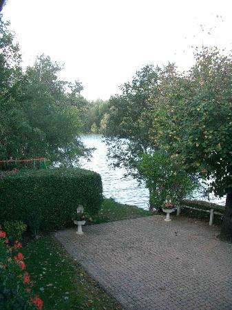 Hostellerie du Pavillon Saint-Hubert : River Oise from outside Hotel