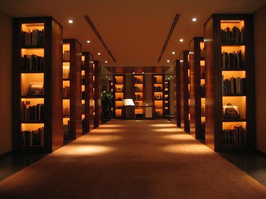 Park Hyatt Tokyo: The library in the lobby