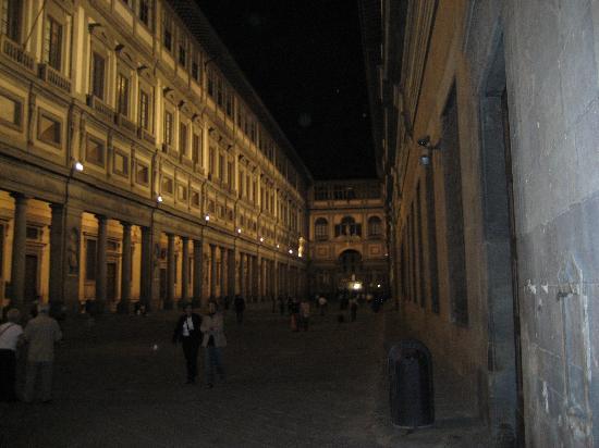 Lombardi Hotel: Uffizi at night