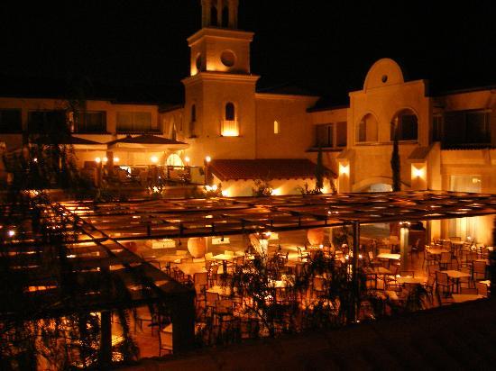 Napa Plaza Hotel: hotel at night