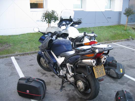 hotelF1 Bayonne : carpark
