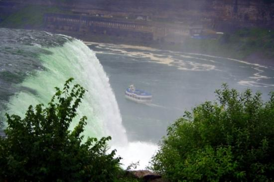 Niagara Falls, Canada: maid of the mist passing by
