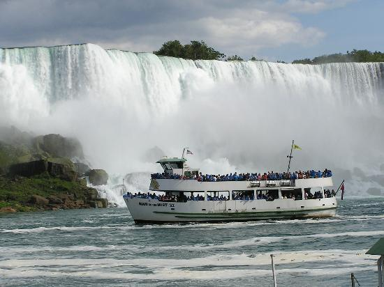Niagara Falls, Canada: Maid of the Mist in front of the American Falls