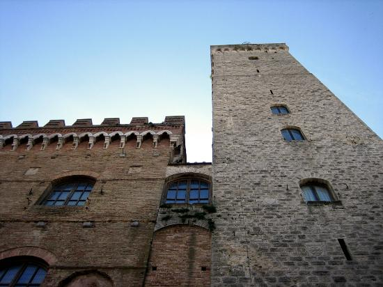 San Gimignano, Itália: Looking up at the Torre Grossa