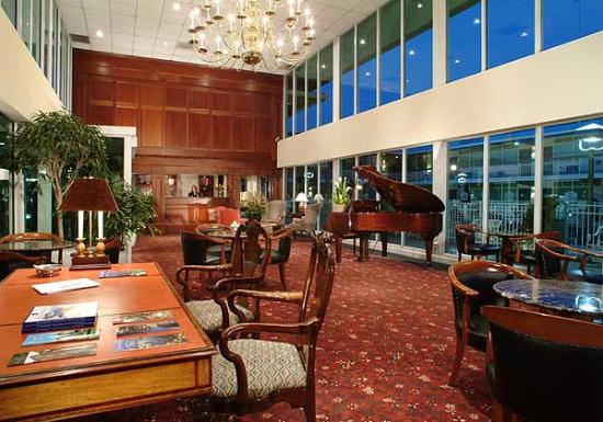 BEST WESTERN Brandywine Valley Inn: Lobby at Dusk