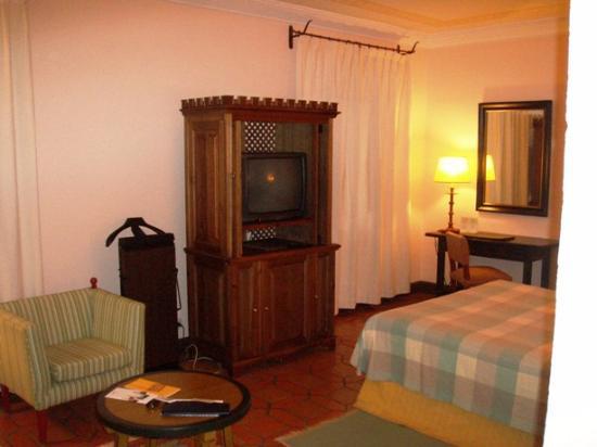 Parador de Ávila: De Luxe Room. Big but not so fancy.