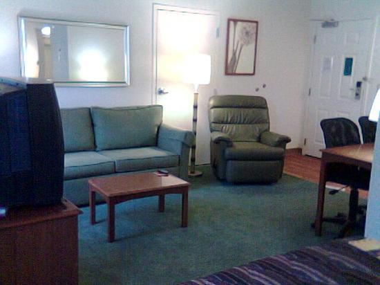 ‪‪Extended Stay America - Orlando - Convention Center - Universal Blvd‬: Living room area‬