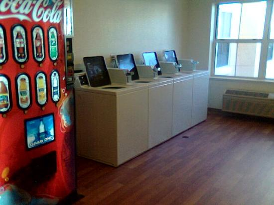Extended Stay America - Orlando - Convention Center - Universal Blvd: Guest laundry and vending (but no ice!)
