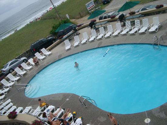 Sea View Motel: View of pool and beach from our room
