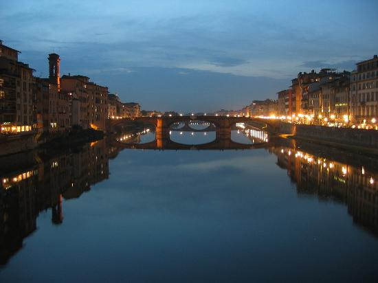 Florence, Italië: Ponte Santa Trinita lit at night from Ponte Vecchio