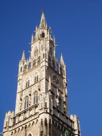 Мариенплац: a Marienplatz tower