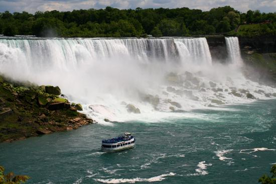 Niagarafälle, Kanada: Maid of the Mist tour boat.