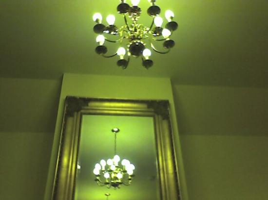 Best Western Plus Elm House Inn: The large mirror and chandelier.