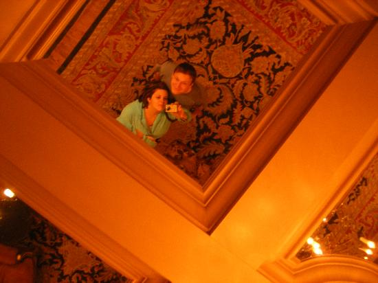 Wedgewood Hotel & Spa: Ceiling in the lobby