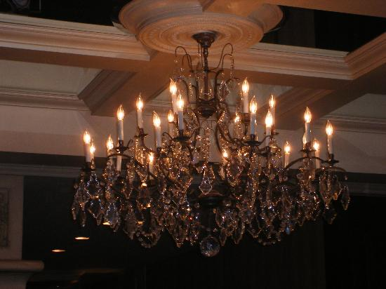 Wedgewood Hotel & Spa: Gorgeous chandelier in the lobby
