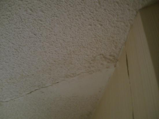 Quality Inn & Suites Garden of the Gulf: Crack in celing in room #110