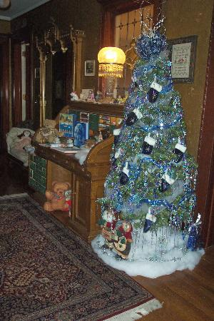 Great Stone Castle: Christmas tree in upstairs hallway
