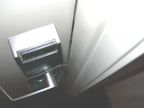 Hilton Garden Inn Columbus Airport: Door was locked and closed and you could still see clear inside room