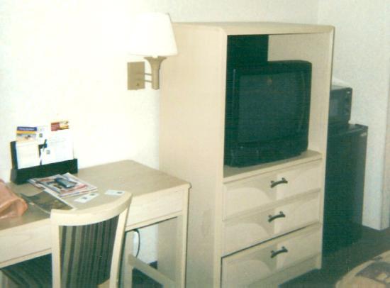 Quality Inn South Bluff: TV- Desk Area