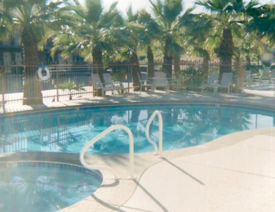 Quality Inn South Bluff: Pool and jacuzzi