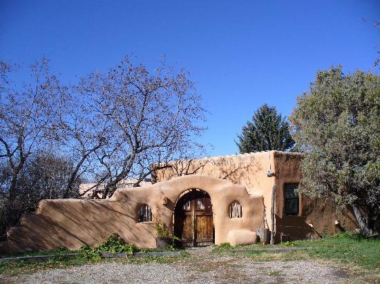 Old Taos Guesthouse B&B: Adobe structures were beautiful