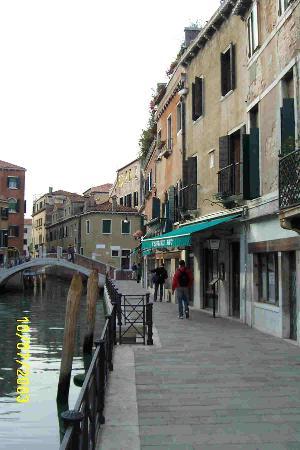 Hotel Locanda Salieri: The hotel from the street.