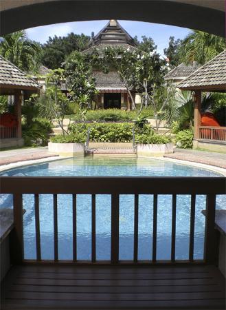 Shangri-La's Mactan Resort & Spa : Chi Spa's pool & reception building